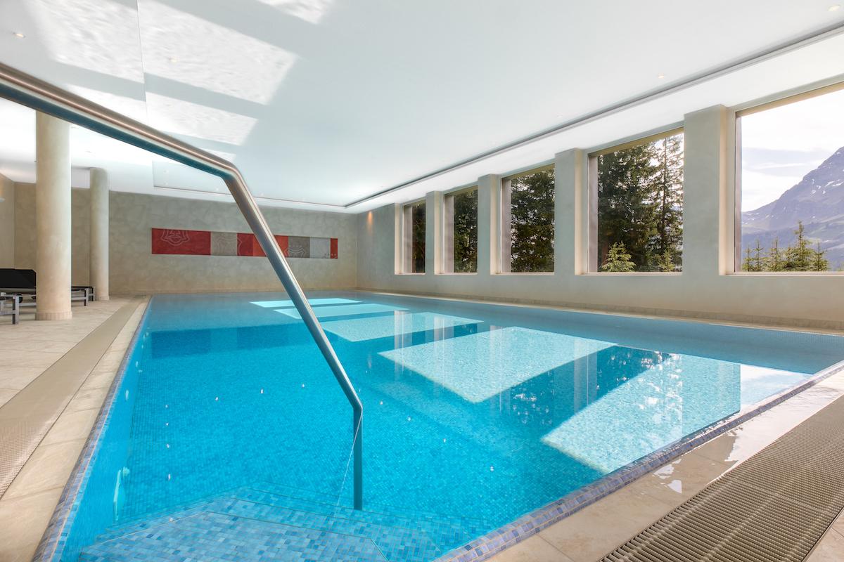 Im Waldhotel Arosa gibt es ein Schwimmbecken und einen separaten Spa-Bereich