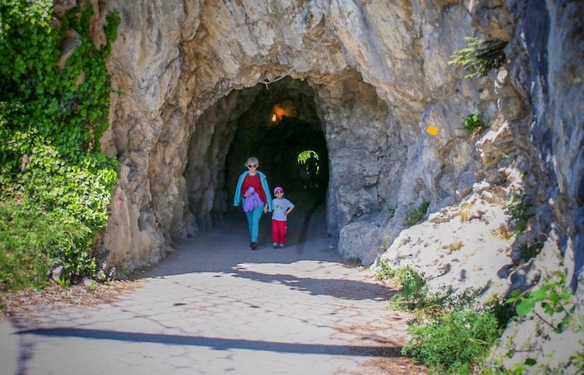 Durch diesen engen Tunnel führt die Strasse von Weesen nach Betlis.