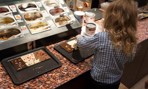 In die ChocoWelt von Aeschbach Chocolatier eintauchen und eine Schokoladentafel selber machen